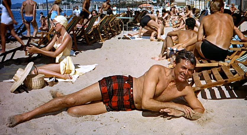 Cary Grant in Caccia al ladro 1956 dietro di lui Grace Kelly